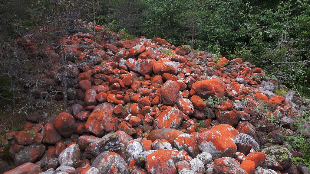 Punaisten kivien röykkiö